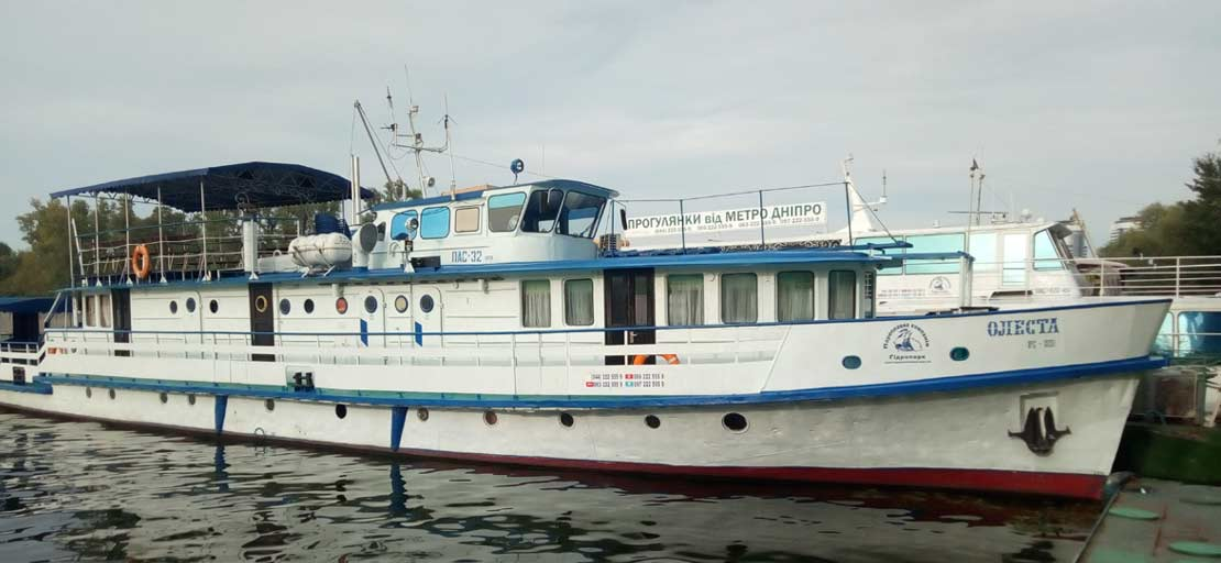 TOURIST SHIP IN HYDROPARK RIVER PORT